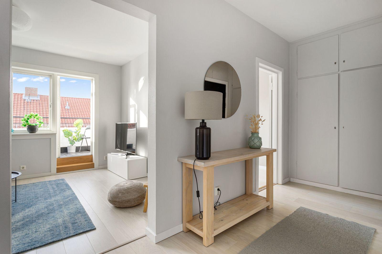 Claus Riis` gate 4 Du tar deg opp til leiligheten i byggets toppetasje via felles trapperom med heis. Du ønskes så velkommen inn i en lys, innbydende og praktisk entré.