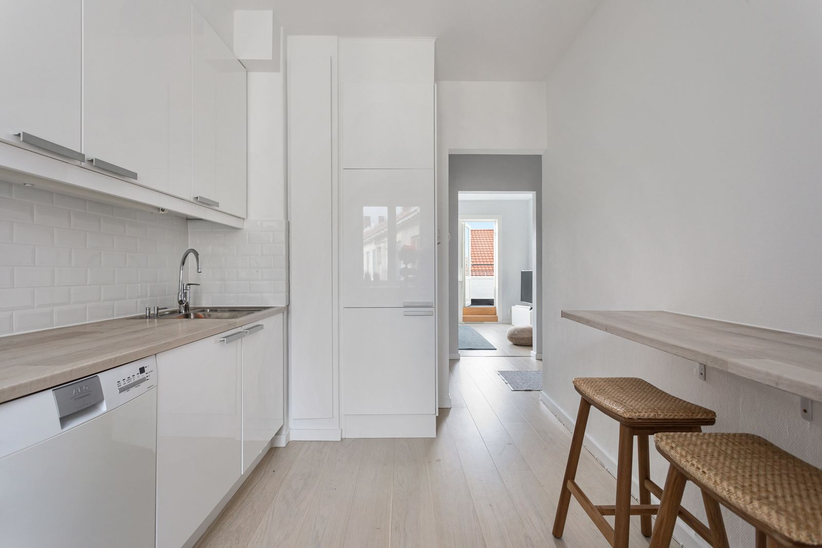Claus Riis` gate 4 Kjøkkenet er utstyrt med hvitevarer som stekeovn, induksjonstopp (ny i 2021), oppvaskmaskin og kjøleskap med frysedel. Ventilator med avtrekk ut av bygget.