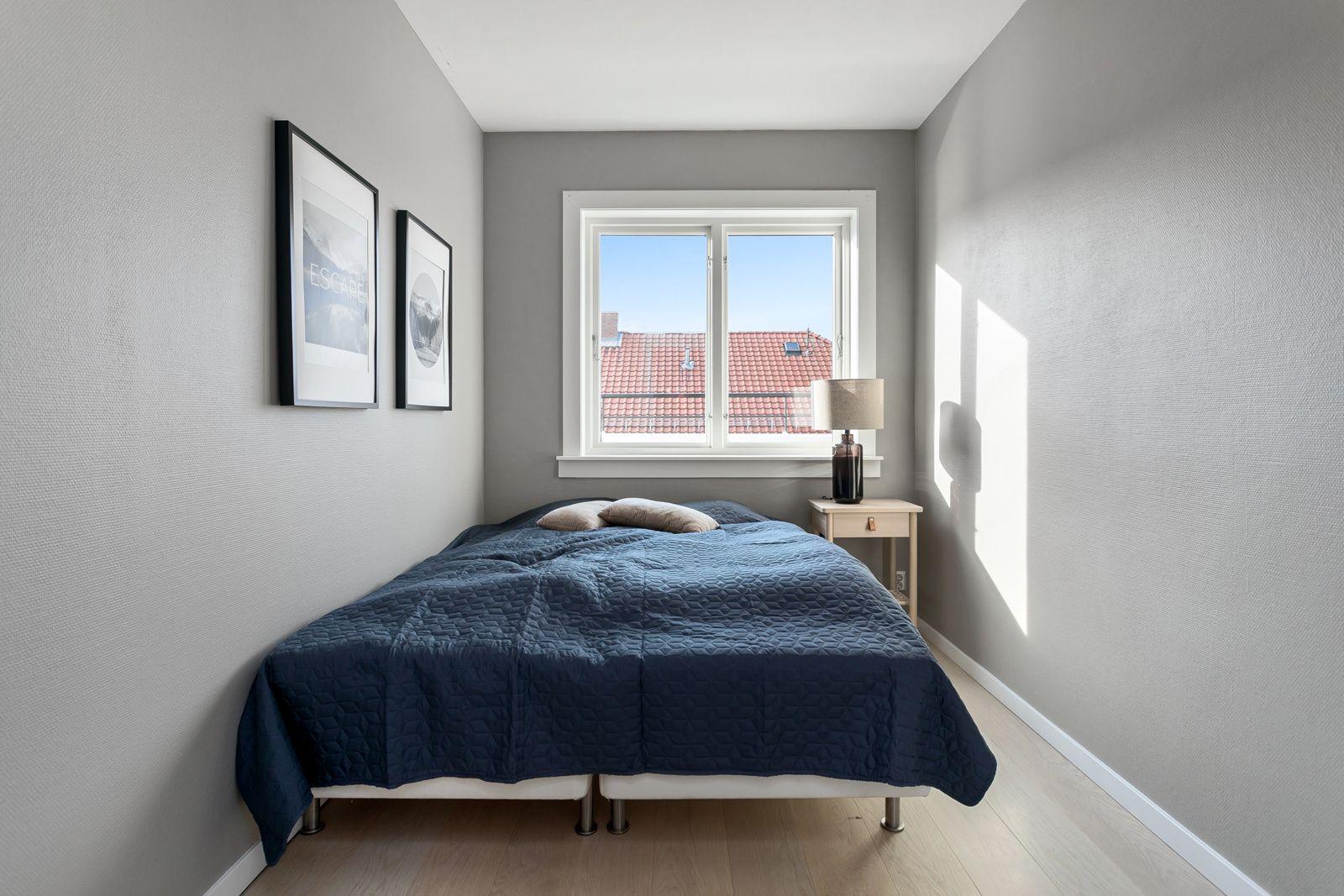 Claus Riis` gate 4 Leiligheten har et lyst og innbydende soverom som vender ut mot rolig gate. Samme gode standard som resten av leiligheten med enstavs parkett fra 2020 med gulvvarme og lysmalte overflater.