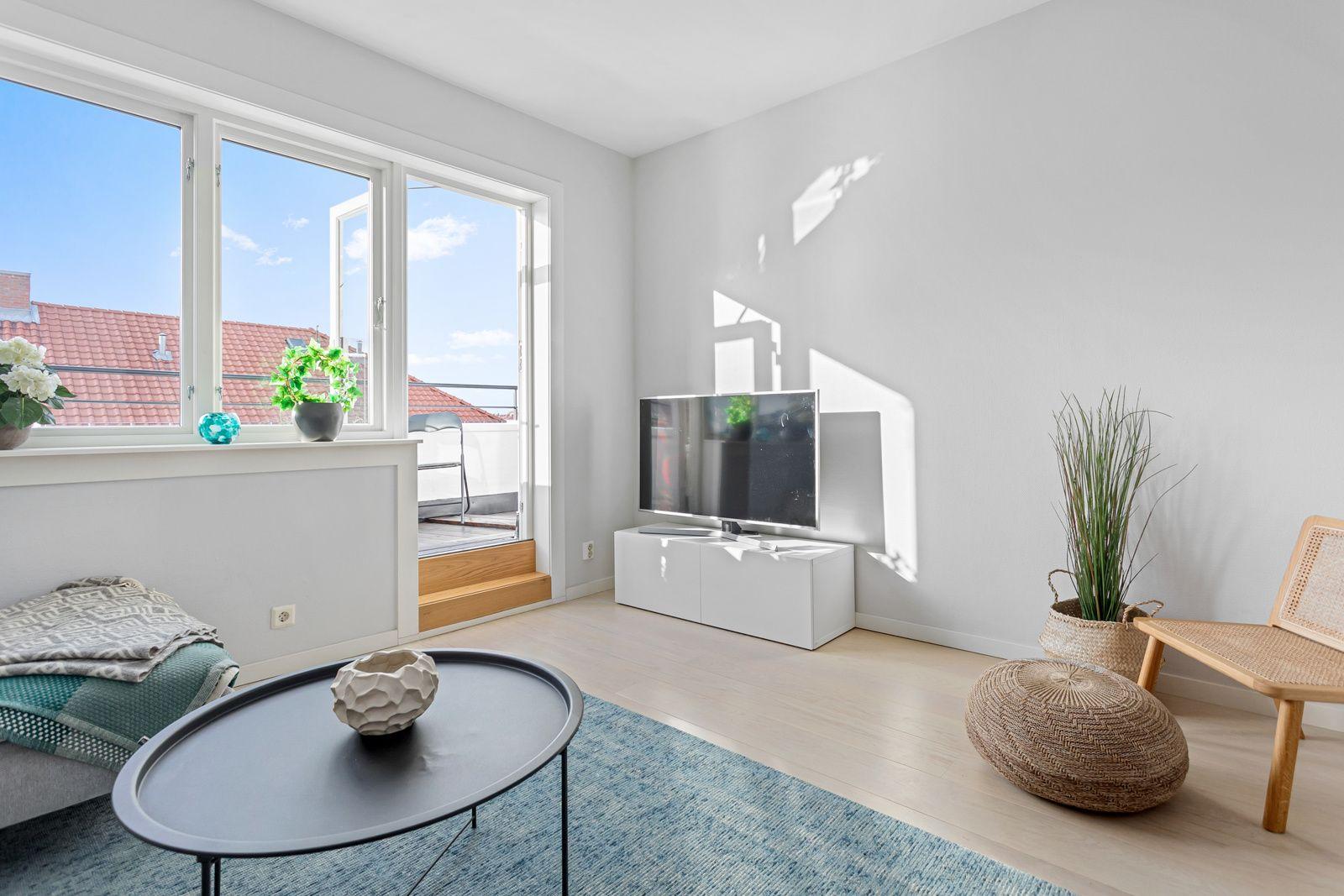 Claus Riis` gate 4 Alle vinduene i leiligheten var nye i 2017, og det er brede vinduskarmer for planter og dekor.