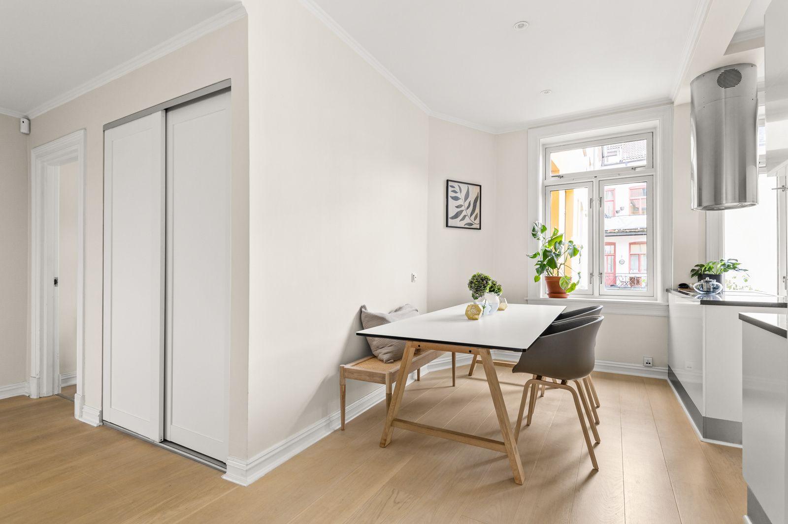 Paulus' plass 3 B Leiligheten ligger i 3. etasje i en flott klassisk bygård, og har en gjennomgående og god planløsning med store rom.