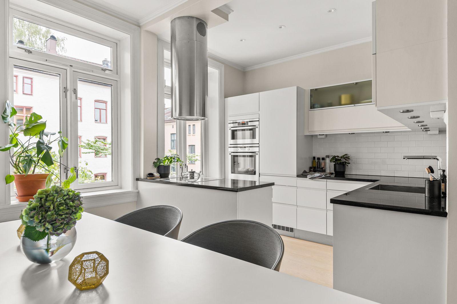 Paulus' plass 3 B Flott utforming med kjøkkenøy gir rikelig med både skap- og benkeplass, samt et sosialt oppholdsrom.