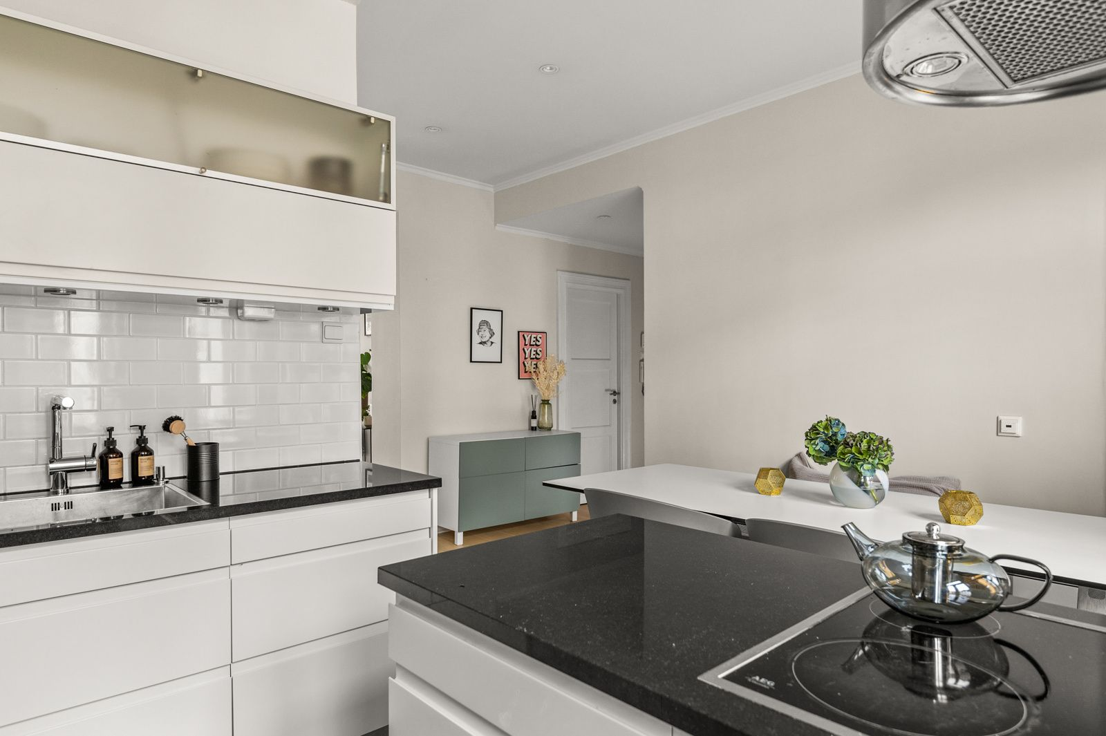 Paulus' plass 3 B Kjøkkenet er fullt utstyrt med integrerte hvitevarer som medfølger i handelen.