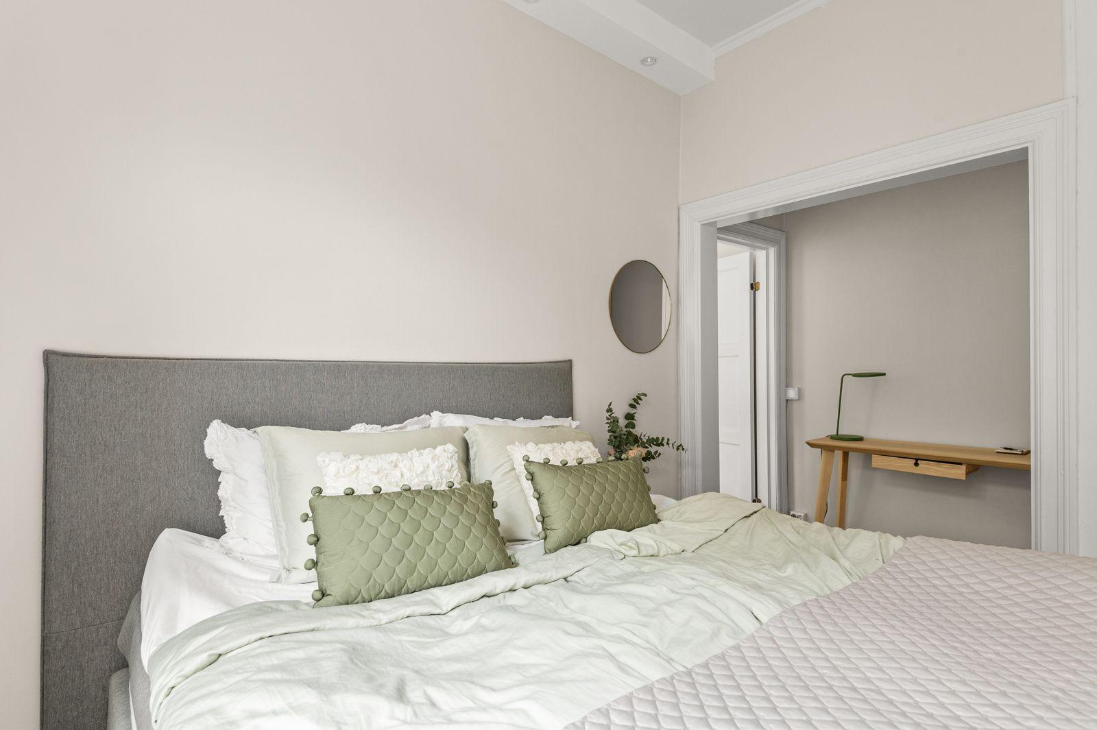 Paulus' plass 3 B Soverommet er av god størrelse med plass til dobbeltseng med tilhørende nattbord og en kontorpult.