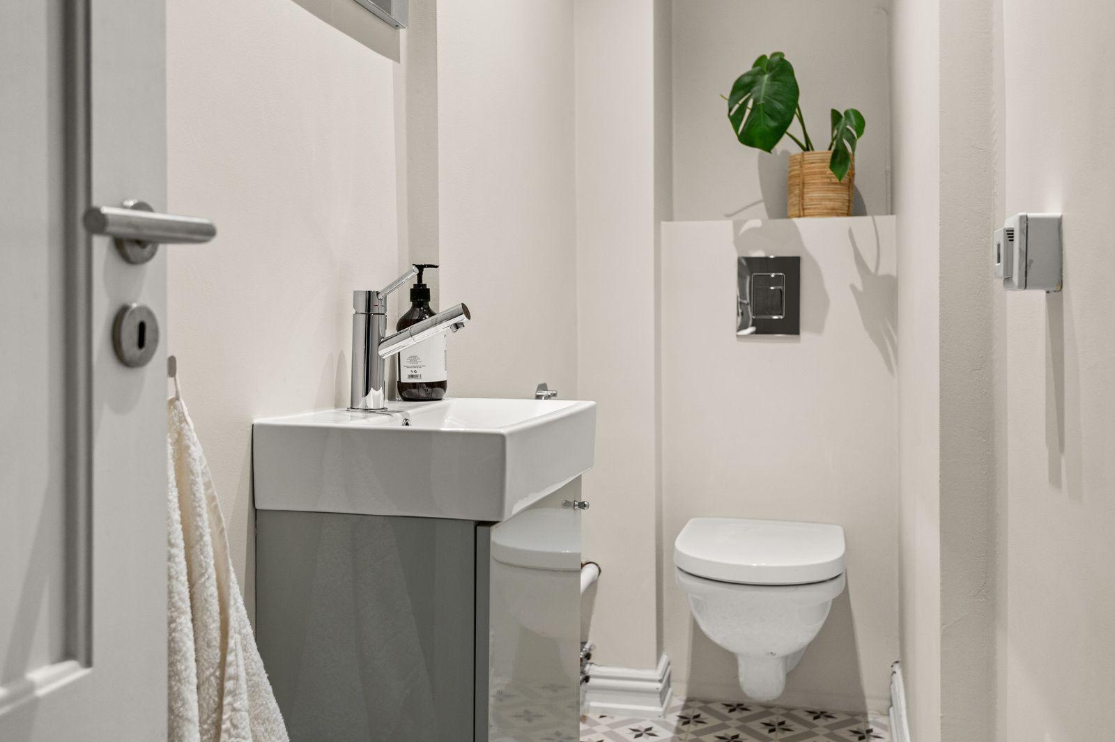 Paulus' plass 3 B Toalettrommet er som resten av leiligheten lekkert oppusset i 2017.