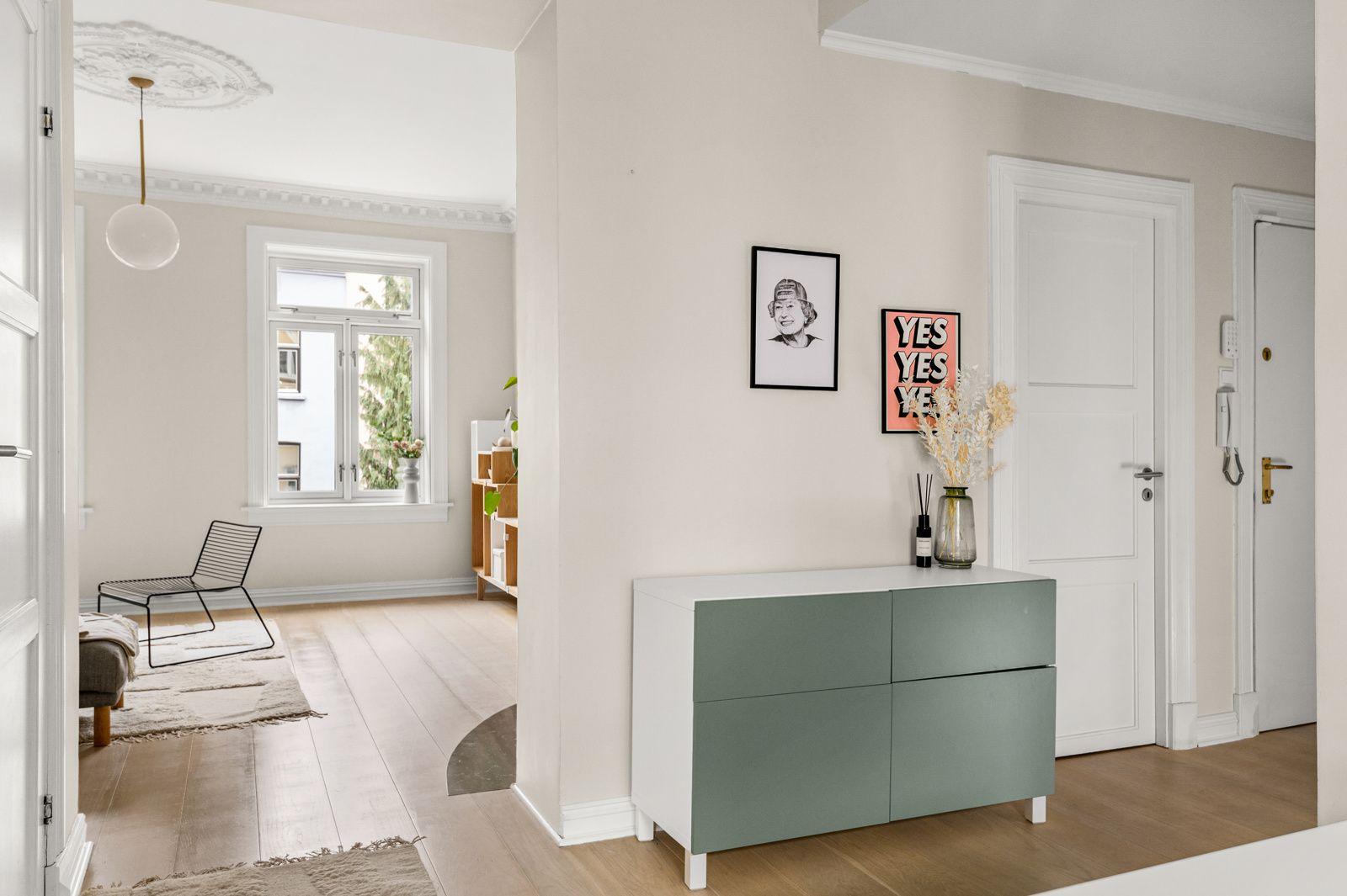 Paulus' plass 3 B Når du entrer leiligheten får du umiddelbart et positivt inntrykk av den lyse og skikkelig fine leiligheten med sin høye standard.