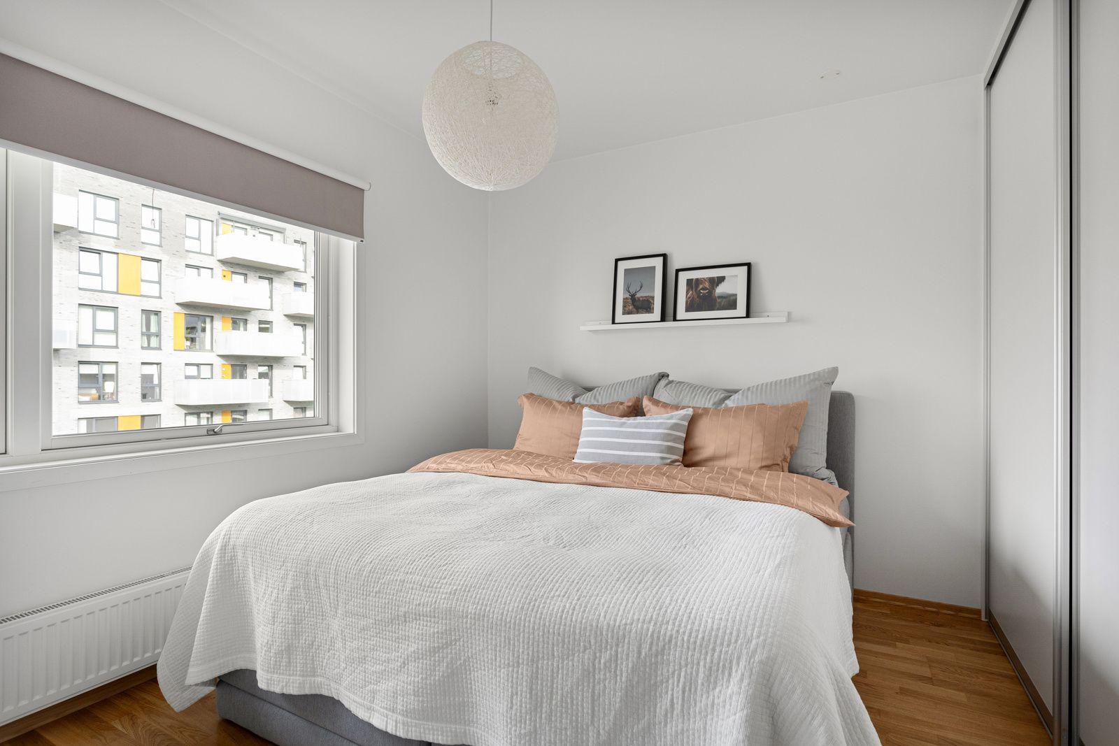 Fernanda Nissens gate 5 B På soverommet har du god plass til en stor dobbeltseng med tilhørende nattbord, samt en kontorpult eller kommoder.