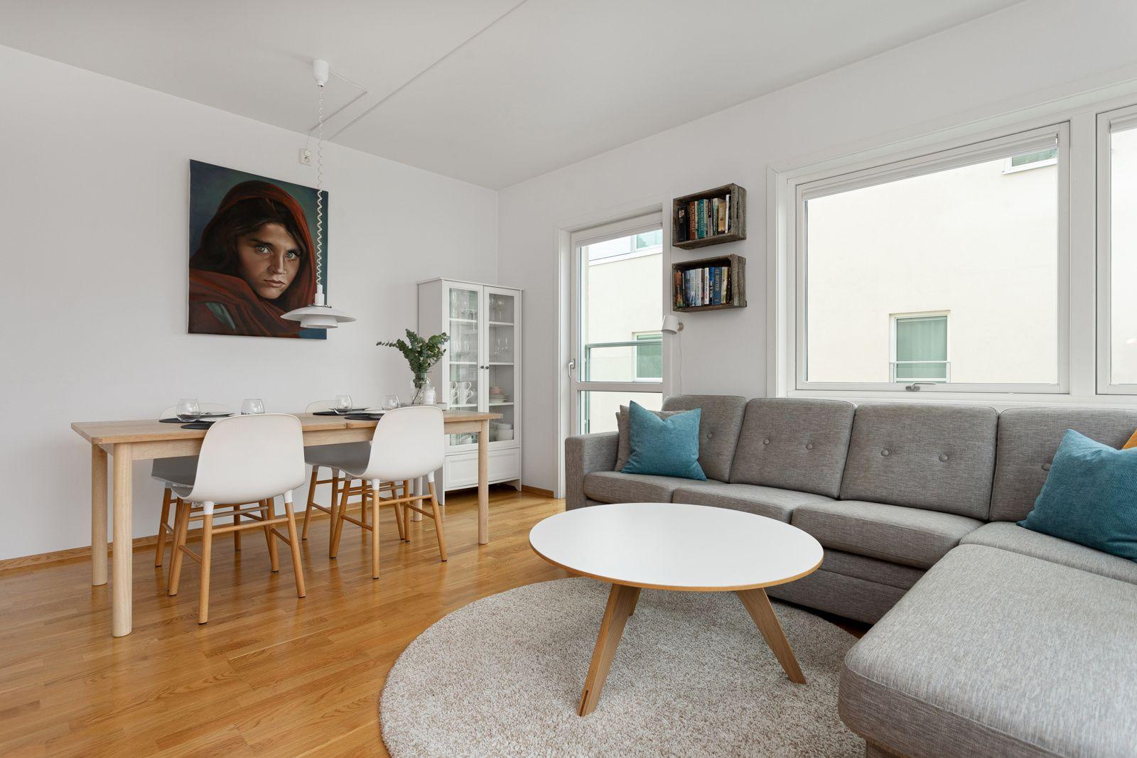 Fernanda Nissens gate 5 B Stuen er det naturlige oppholdsrommet i leiligheten, og er et stort, lyst og fint rom. God standard med parkett på gulv og glatte lysmalte overflater.