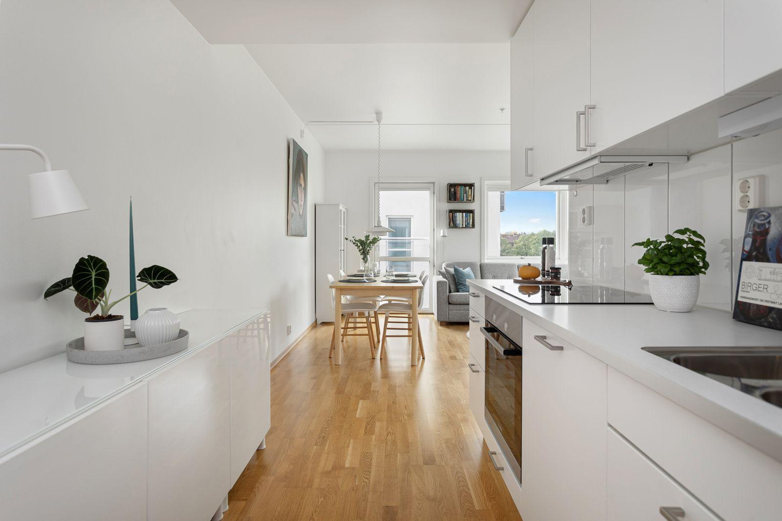 Fernanda Nissens gate 5 B Du har god skap- og benkeplass i innredningen som har hvite glatte fronter og laminert benkeplate med nedfelt oppvaskkum.