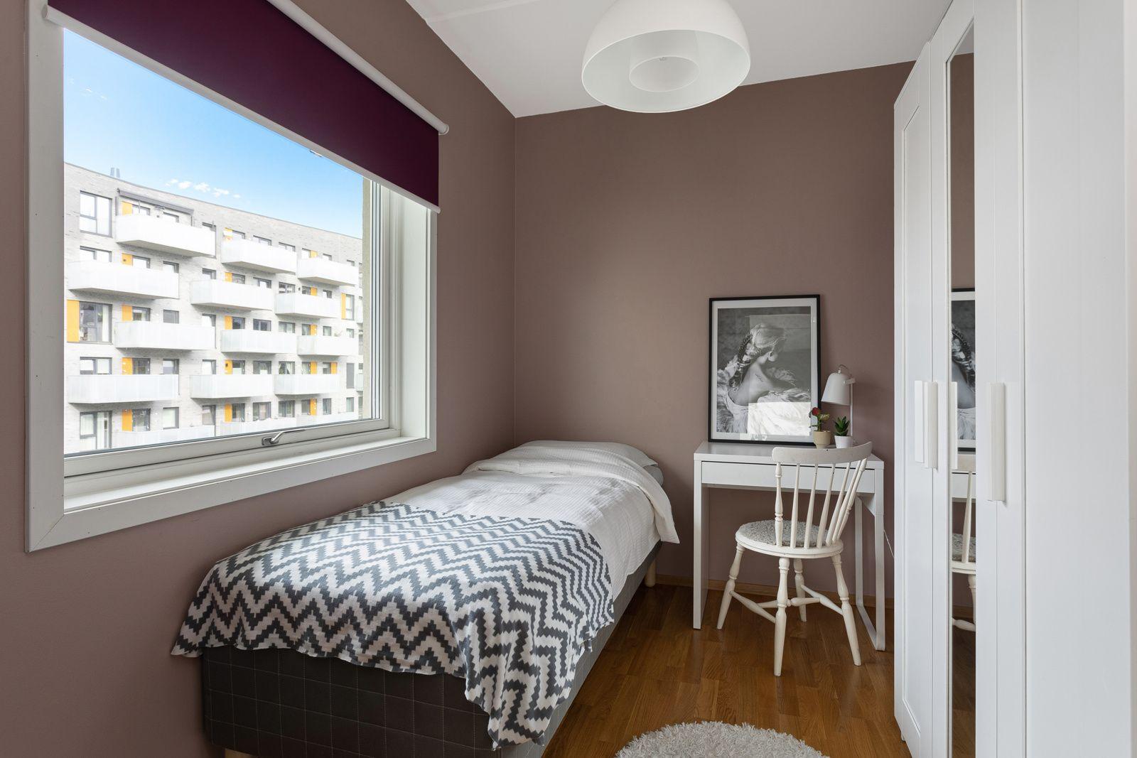 Fernanda Nissens gate 5 B På soverommet har du plass til seng, kontorpult og oppbevaringsplass i medfølgende garderobeskap.