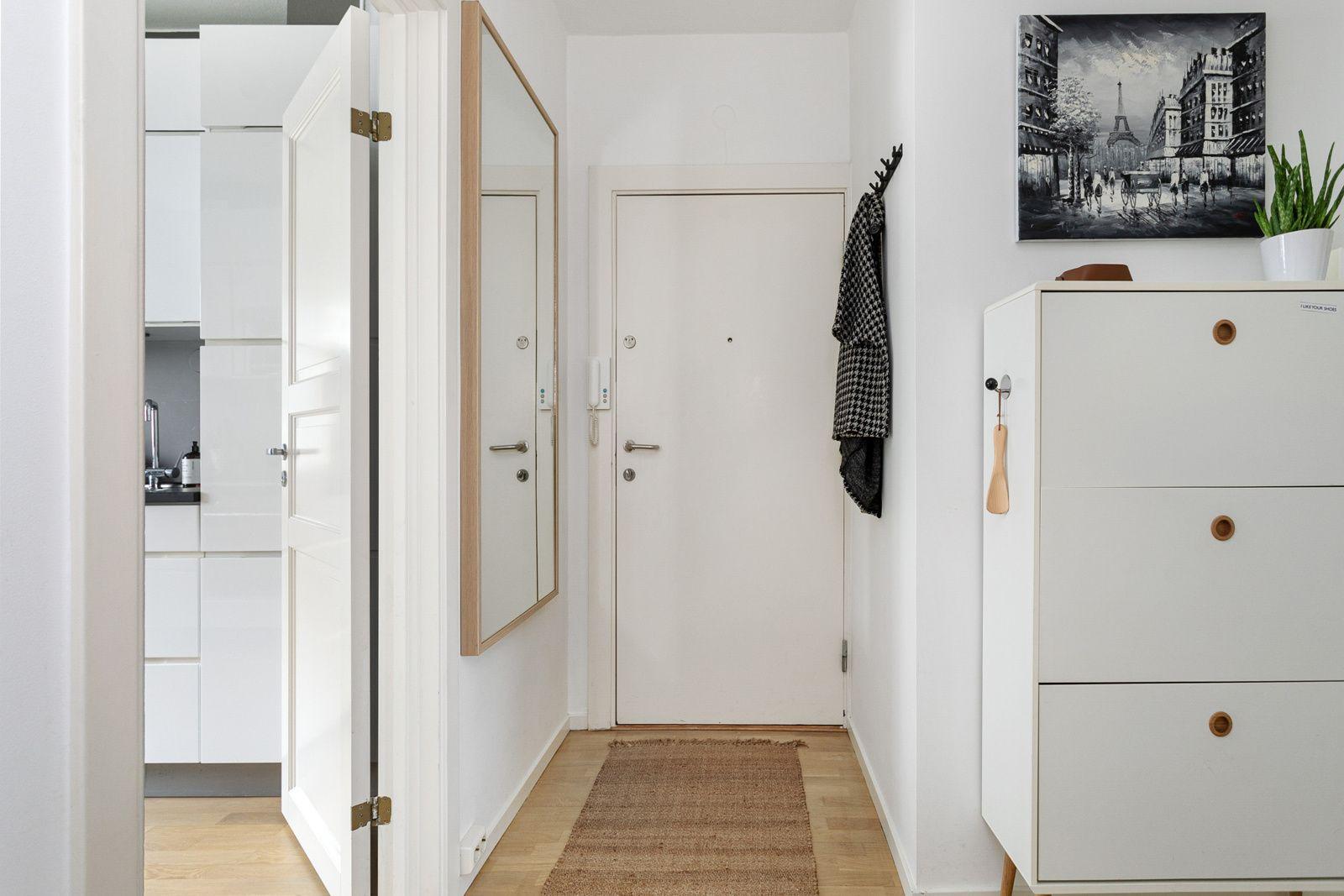 Ålesundgata 3 B Montert porttelefon på vegg og sikringsskap med automatsikringer i felles trapperom.