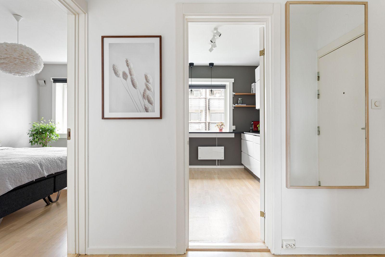 Ålesundgata 3 B Leiligheten ligger i byggets 3. etasje, og har en gjennomgående planløsning med store gode rom.