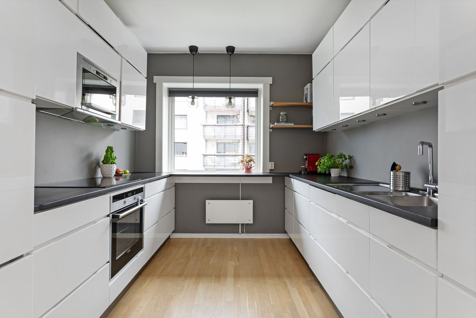 Ålesundgata 3 B Leiligheten har et lyst og fint separat kjøkken med stor vindusflate hvor du har en koselig sitteplass.