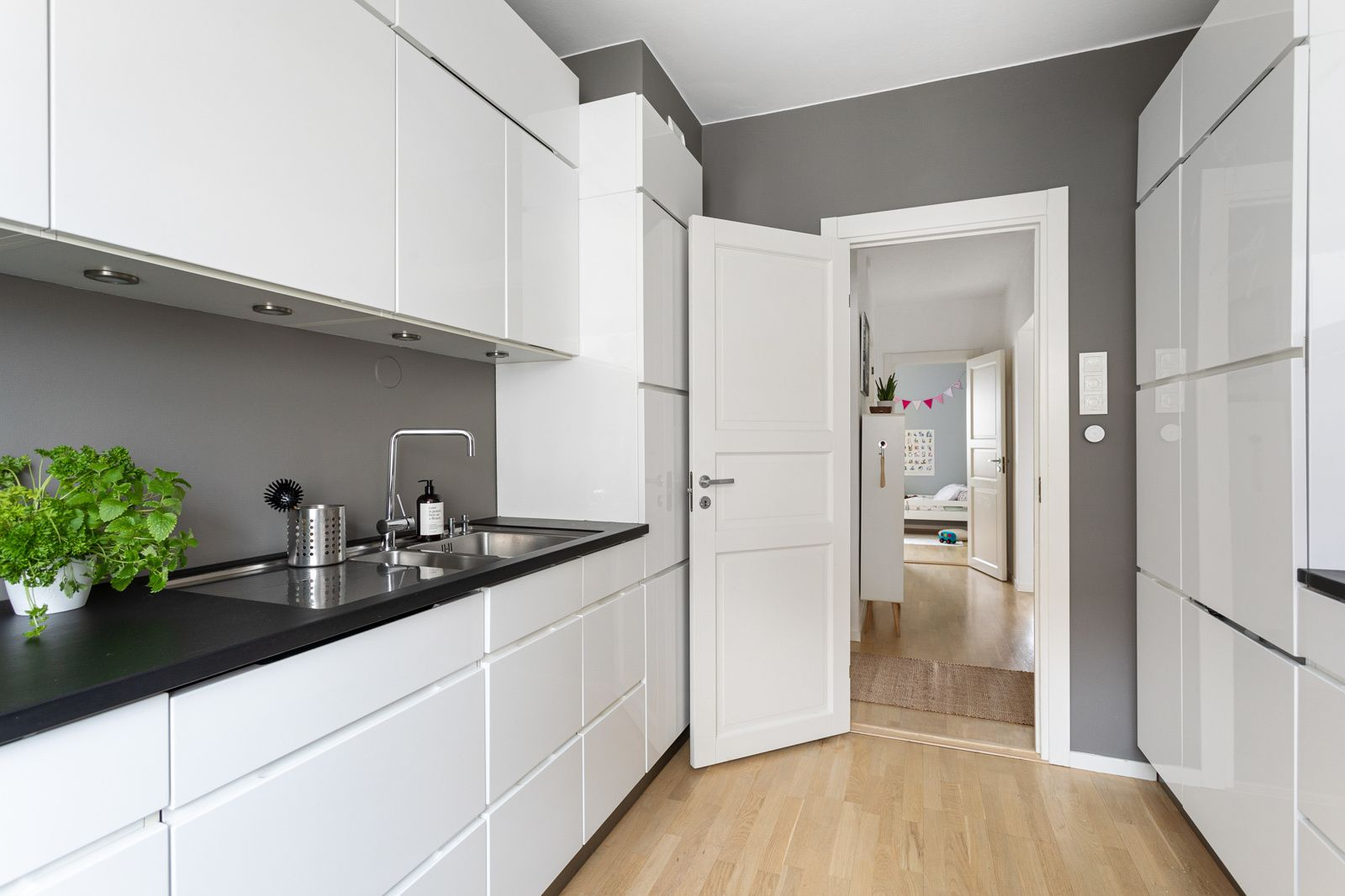 Ålesundgata 3 B Kjøkkenet er fullt utstyrt med hvitevarer som stekeovn, mikrobølgeovn, induksjonstopp (ny i 2019), oppvaskmaskin (ny i 2020) og kjøleskap med frysedel. Alle hvitevarene er integrerte og medfølger i handelen.
