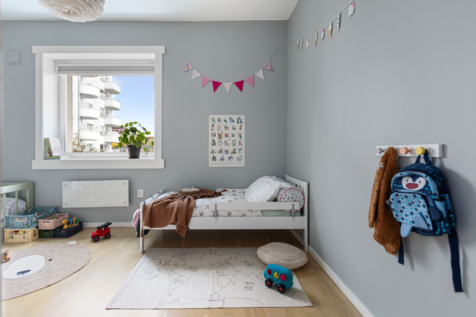 Ålesundgata 3 B Det andre soverommet er også et lyst og fint rom av god størrelse. Samme gode standard som resten av leiligheten med parkett på gulv og lysmalte overflater.