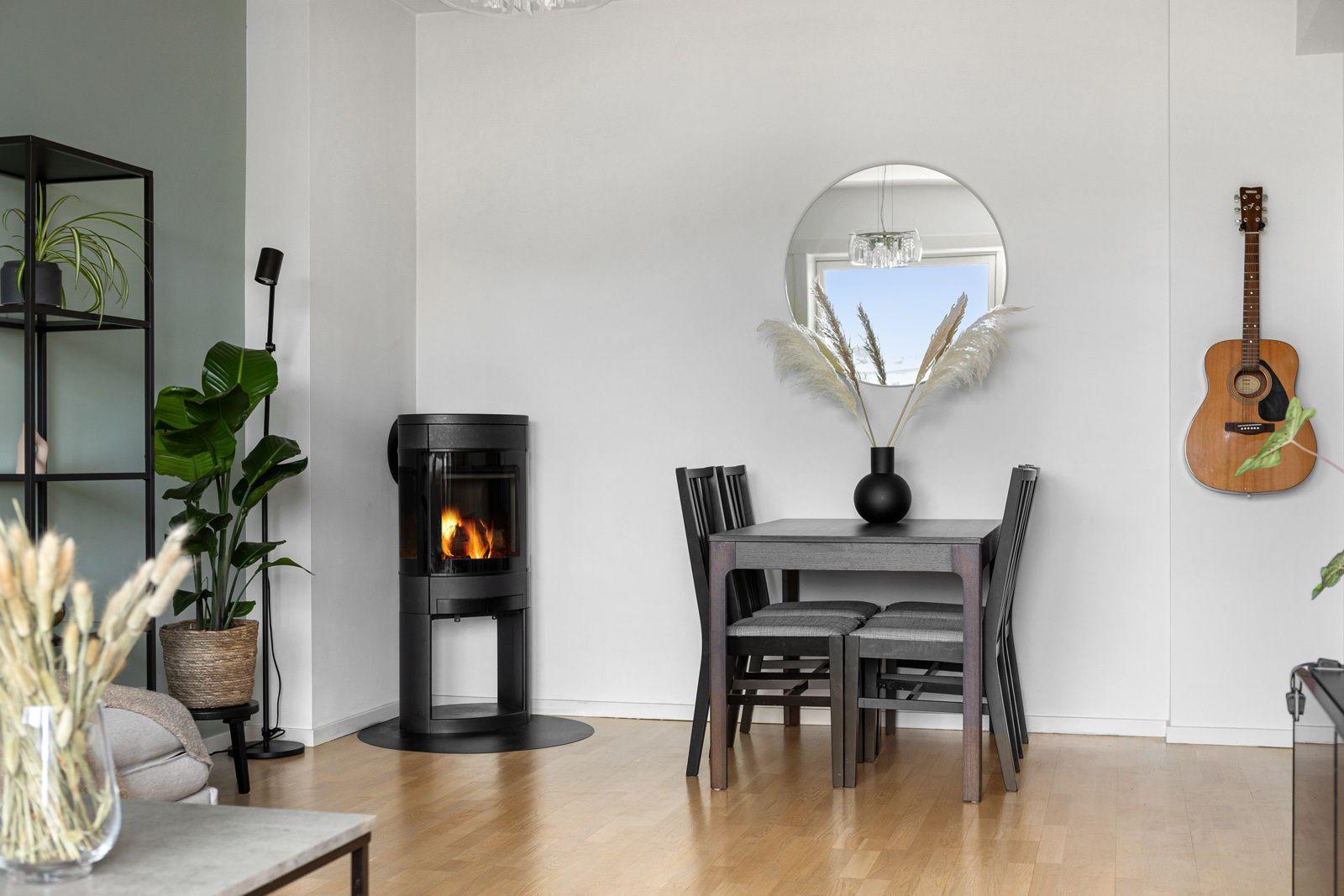 Ålesundgata 3 B I hjørnet av stuen har du en moderne vedovn med glassdør som varmer godt på kalde høst- og vinterdager, samt bidrar til hygge.