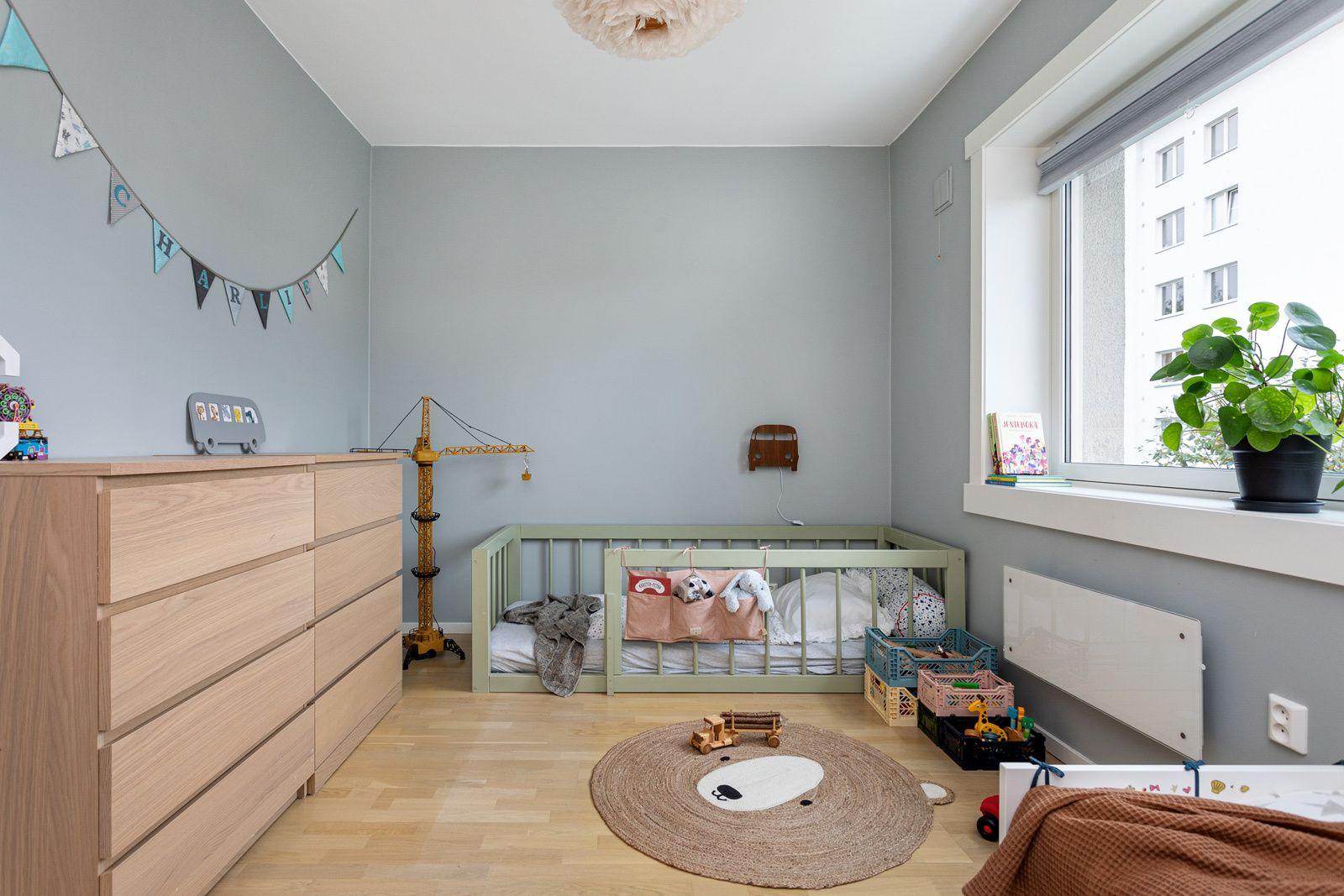 Ålesundgata 3 B Soverommet er romslig med god plass til dobbeltseng, kontorpult og garderobeløsninger etter eget ønske og behov.