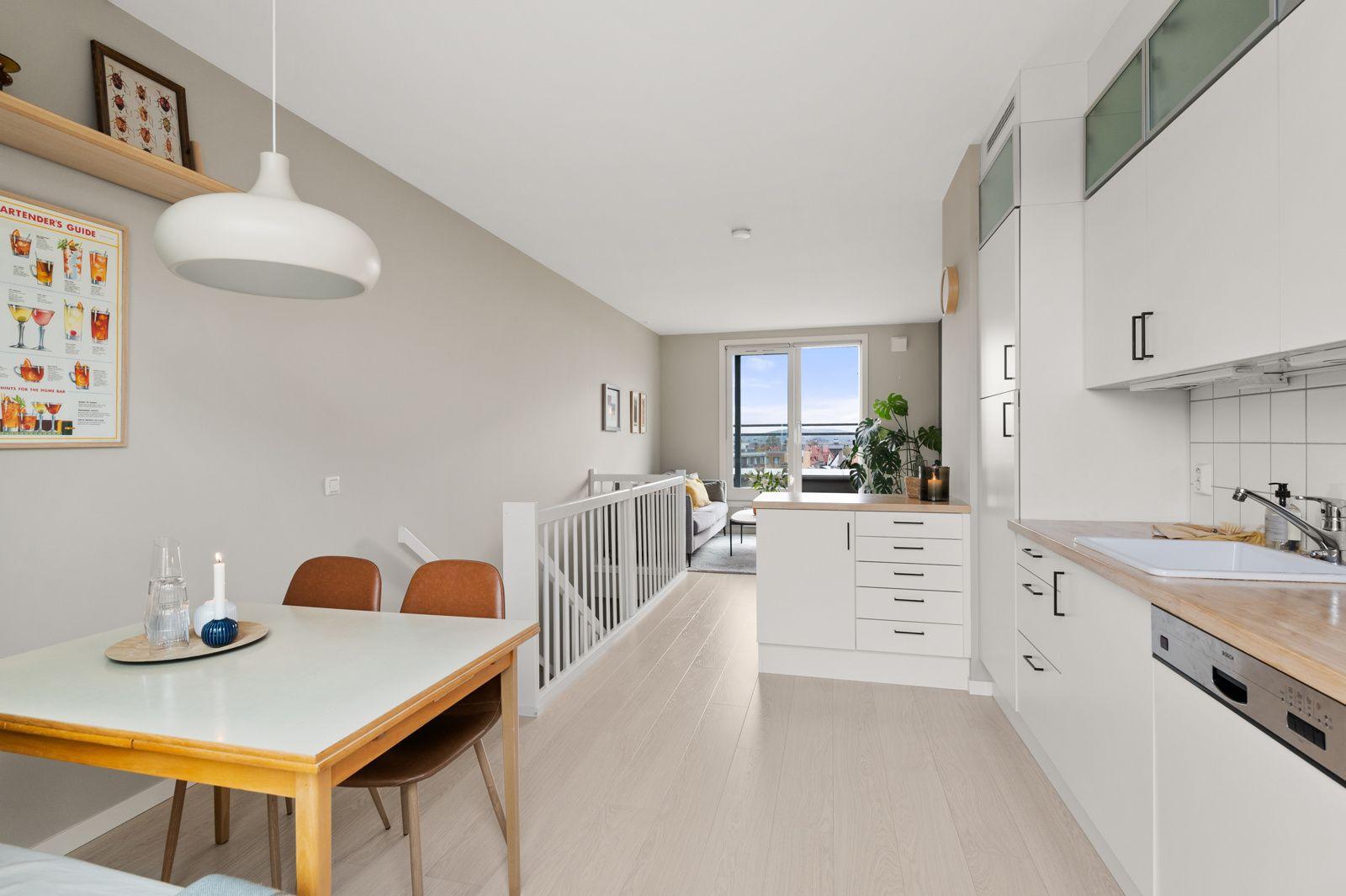 Bergensgata 36 G Etasjen er fint oppdelt med stueavdeling med balkong og kjøkken med spiseplass og takterrasse.