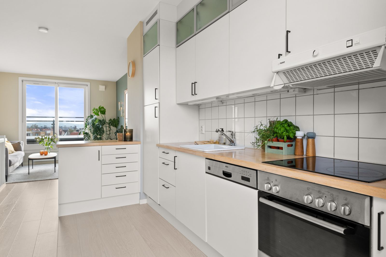Bergensgata 36 G Kjøkkenet er fullt utstyrt med integrerte hvitevarer som medfølger i handelen. Integrerte hvitevarer som stekeovn, platetopp og oppvaskmaskin fra Bosch og kjøleskap.