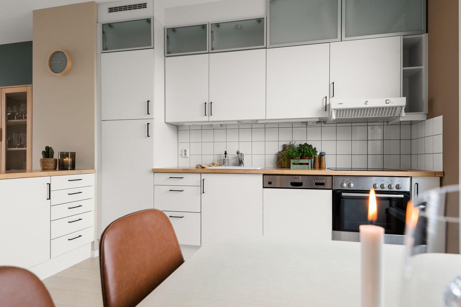 Bergensgata 36 G Du har god skap- og benkeplass i innredningen som har hvite glatte fronter og benkeplate i treverk med nedsenket oppvaskkum.