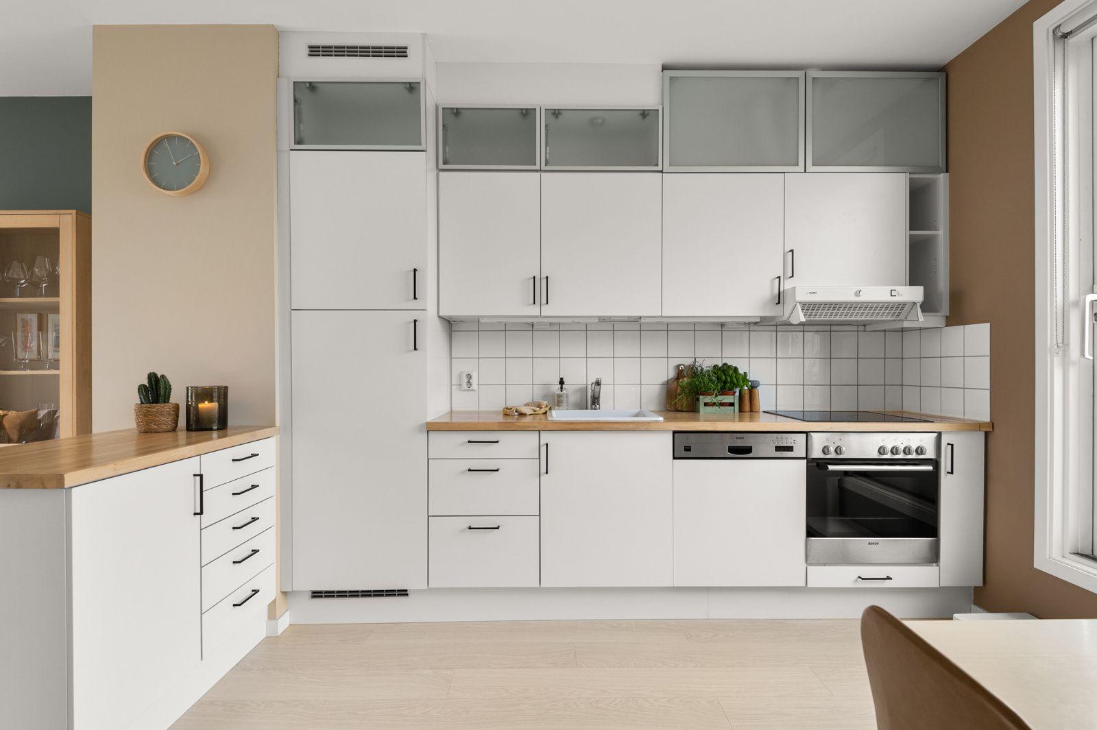 Bergensgata 36 G Pent og tidløst kjøkken fra Norema i delvis åpen løsning med stuen.