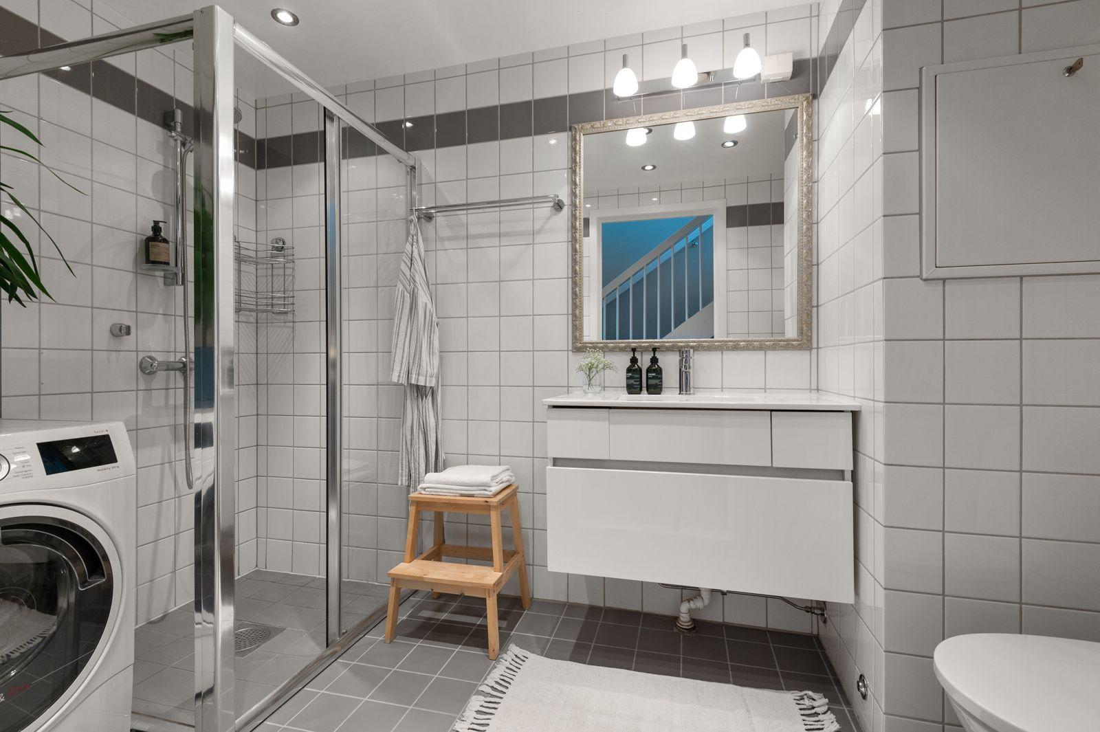 Bergensgata 36 G Leiligheten har et lyst og moderne flislagt baderom fra byggeår 2004. Baderommet har mørke fliser på gulv med gulvvarme, lyse fliser på veggene og downlights i himlingen.