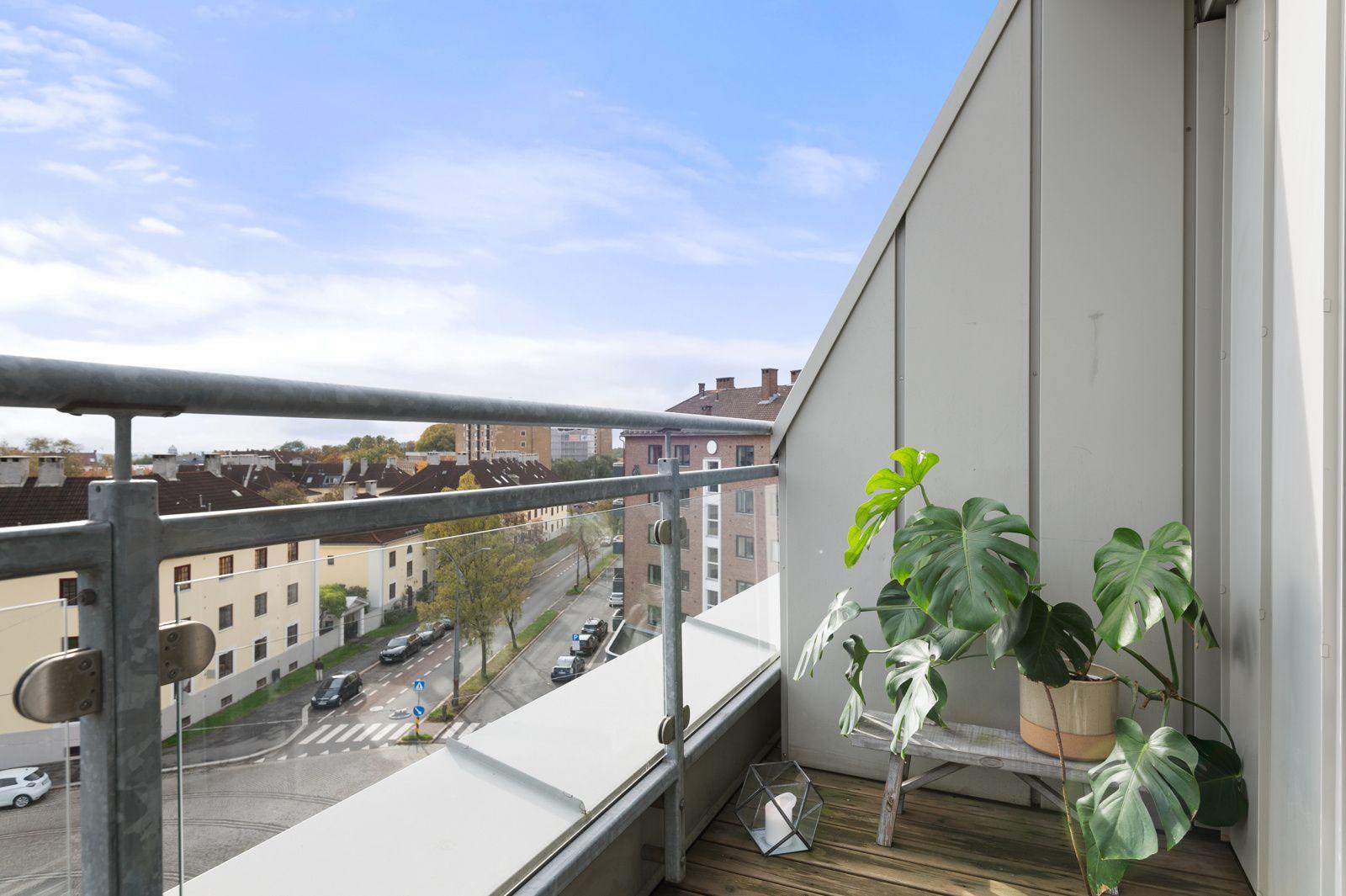 Bergensgata 36 G Balkongen har terrassebord på gulv, rekkverk av metall og plass til sittegruppe etter eget ønske og behov.