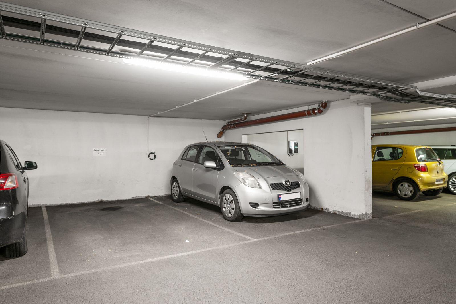 Bergensgata 36 G I tillegg disponerer leiligheten en garasjeplass med opplegg for elbil-lader, samt en kjellerbod på ca. 5,4m². Heisadkomst.