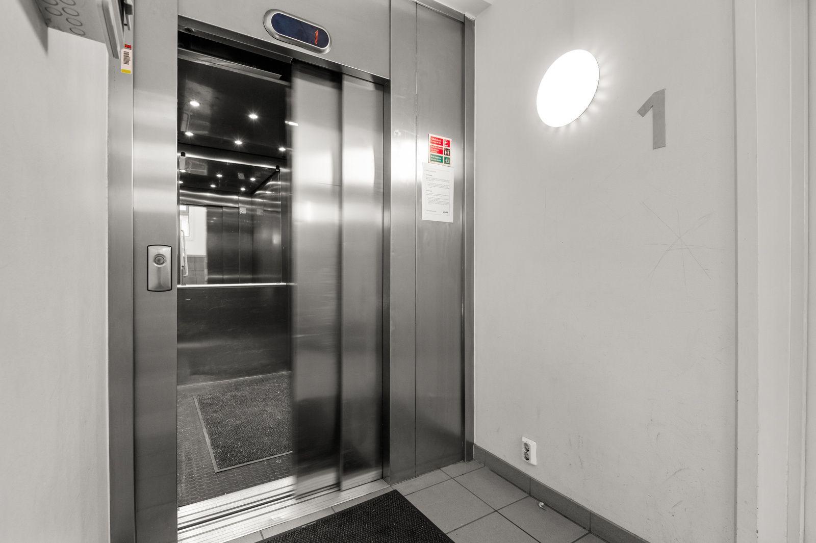 Bergensgata 36 G Du tar deg tørrskodd fra garasjeplassen i kjelleren og opp til leiligheten i byggets toppetasje (5. etasje) via felles trapperom med heis.