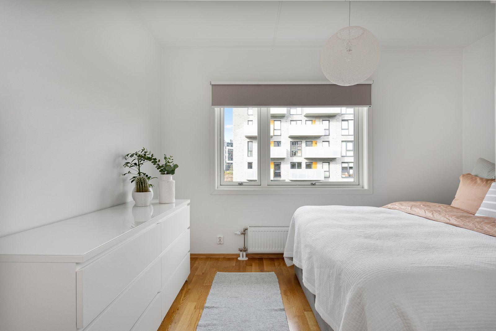 Fernanda Nissens gate 5 B Leiligheten har et lyst og innbydende hovedsoverom som vender ut mot rolige fellesarealer. God standard med parkett på gulv og glatte lysmalte overflater.