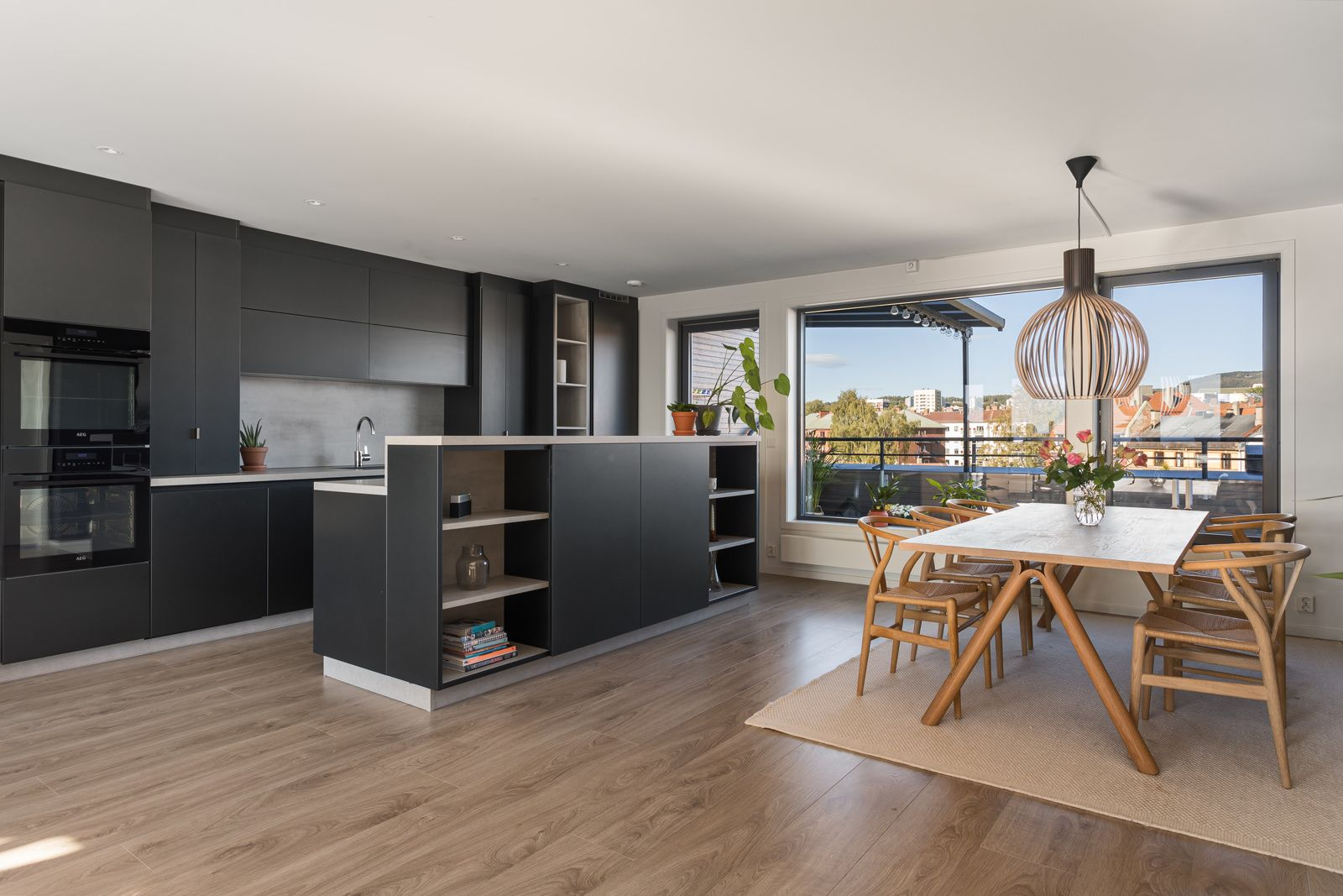 Sandakerveien 22 H Kjøkkenet ligger i en fin delvis åpen løsning med stuen, adskilt og samtidig åpent og sosialt.