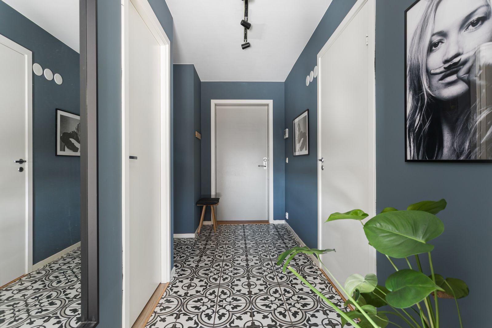 Sandakerveien 22 H Entréen har lekre historiske fliser på gulv og glatte overflater malt i en nydelig mørk blåfarge. Fra entréen har du adkomst til et praktisk garderoberom med god oppbevaringsplass.