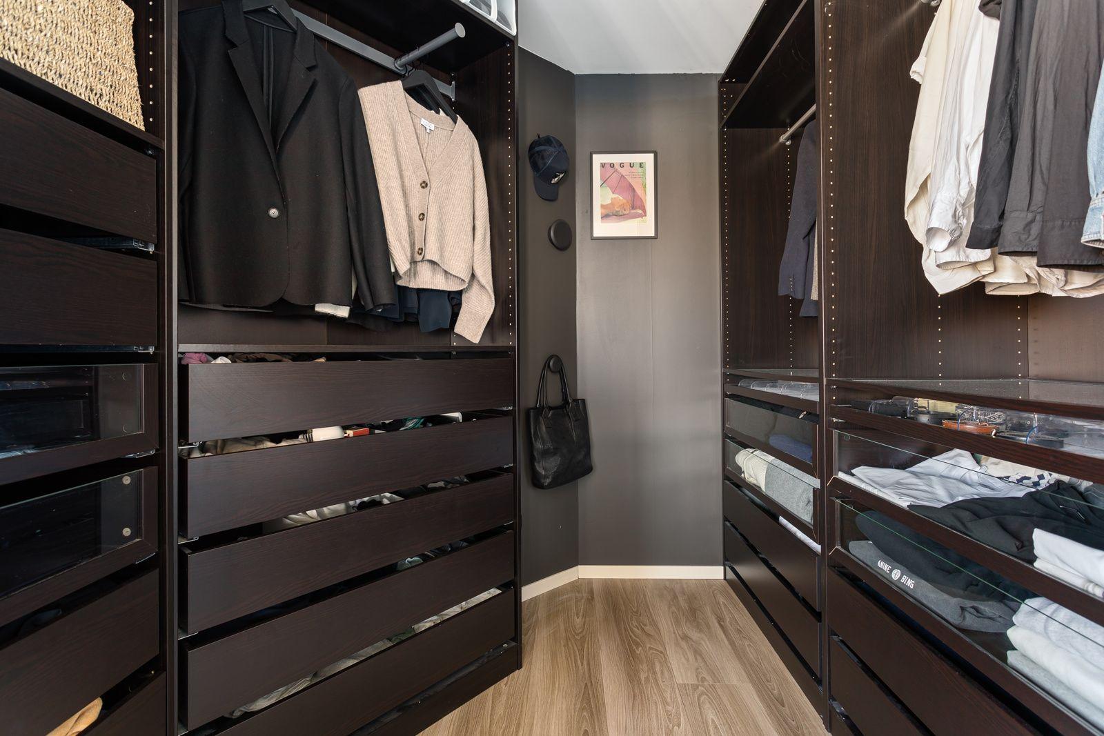 Sandakerveien 22 H Bak skyvedørene har du et romslig og praktisk omkledningsrom med god oppbevaringsplass i åpen garderobeløsning.