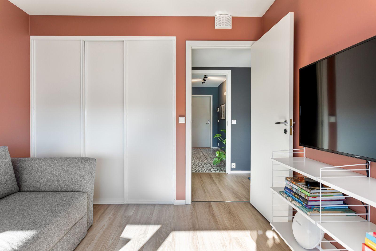 Sandakerveien 22 H På soverommet har du plass til seng, kontorpult og garderobeløsninger etter eget ønske og behov. Også her har du et praktisk omkledningsrom bak skyvedørene.