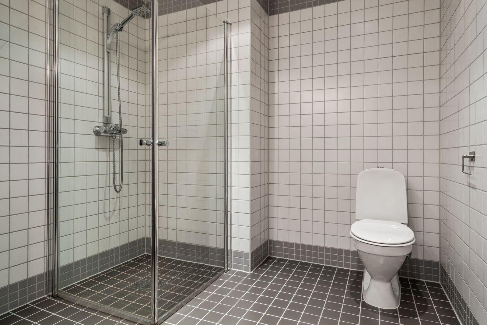 Teglverksgata 11 Gulvmontert wc og dusjnisje med innfellbare glassdører.