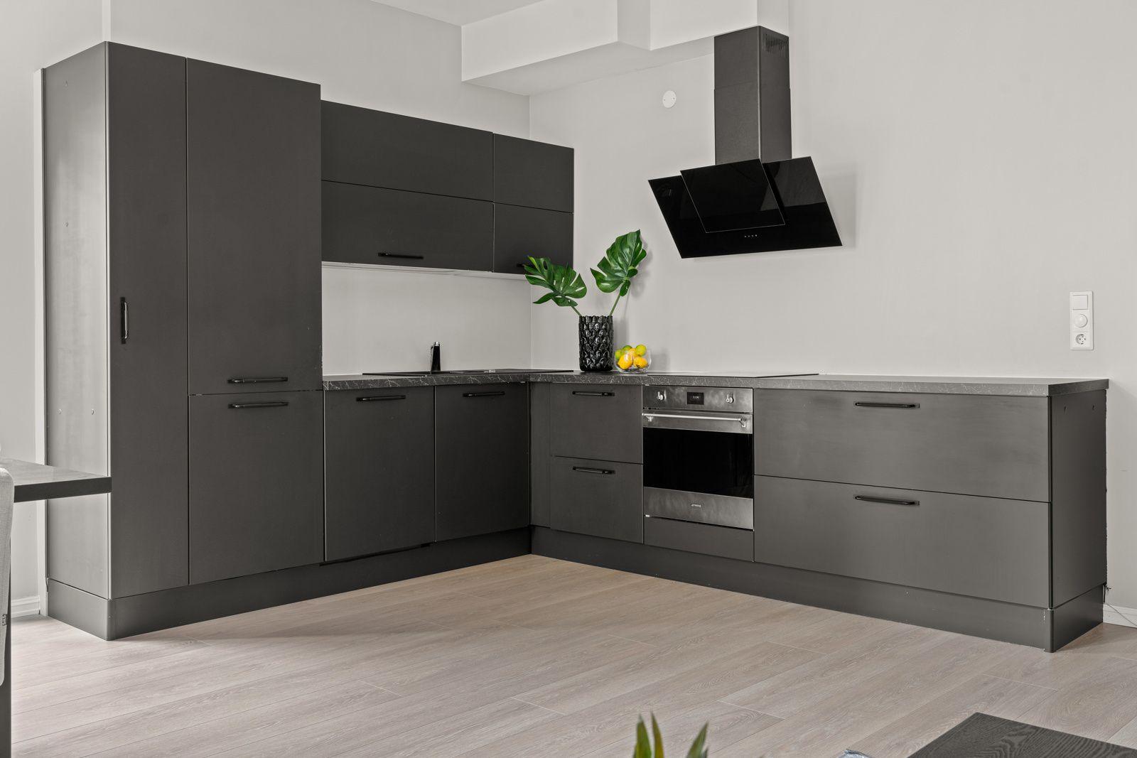 Teglverksgata 11 Kjøkkenet er utstyrt med integrert oppvaskmaskin, kjøleskap med fryser og stekeovn fra Smeg, samt platetopp og vifte fra Electrolux.