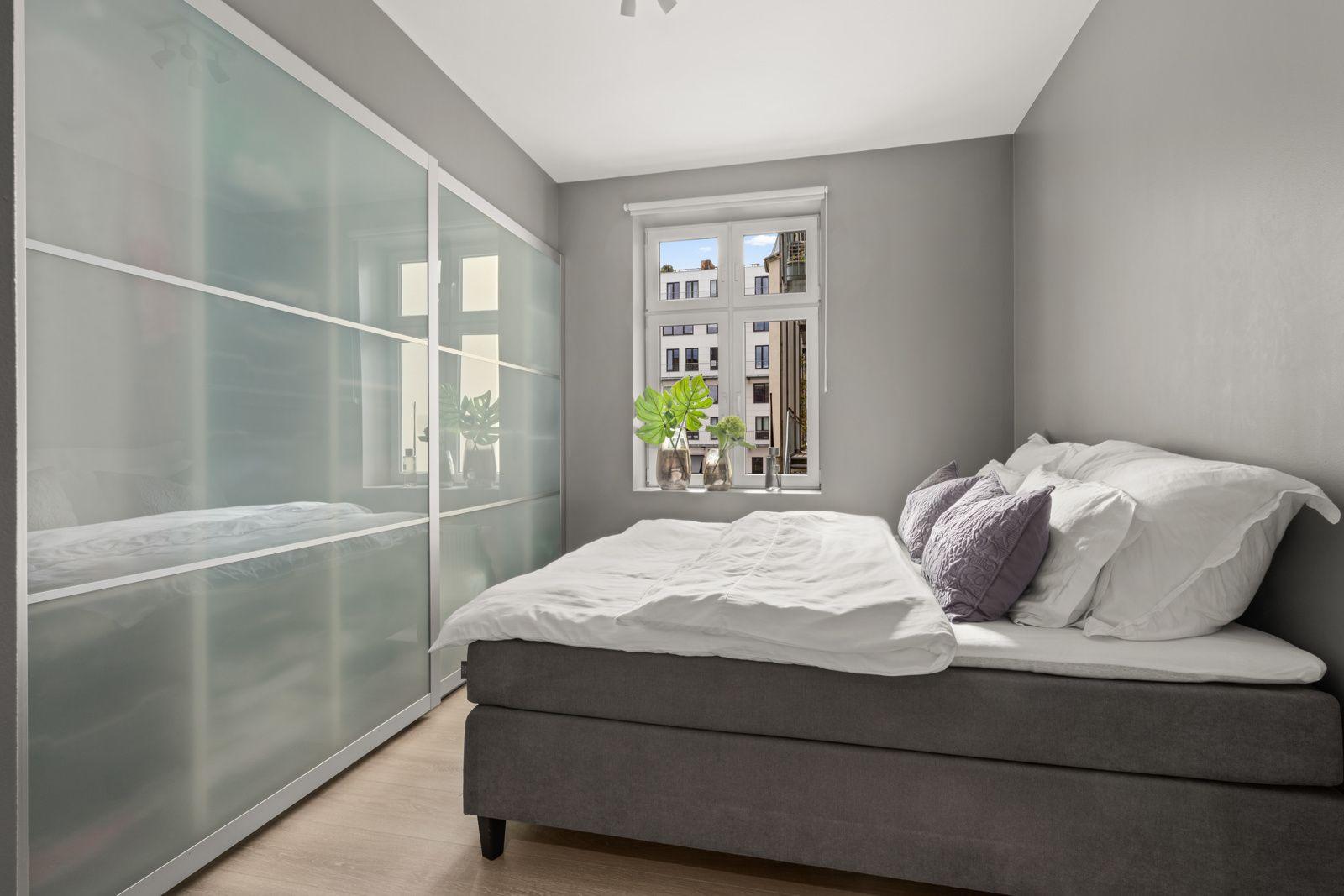 Teglverksgata 11 Luftig og lyst soverom med plass til dobbeltseng, nattbord og øvrig ønsket møblement.