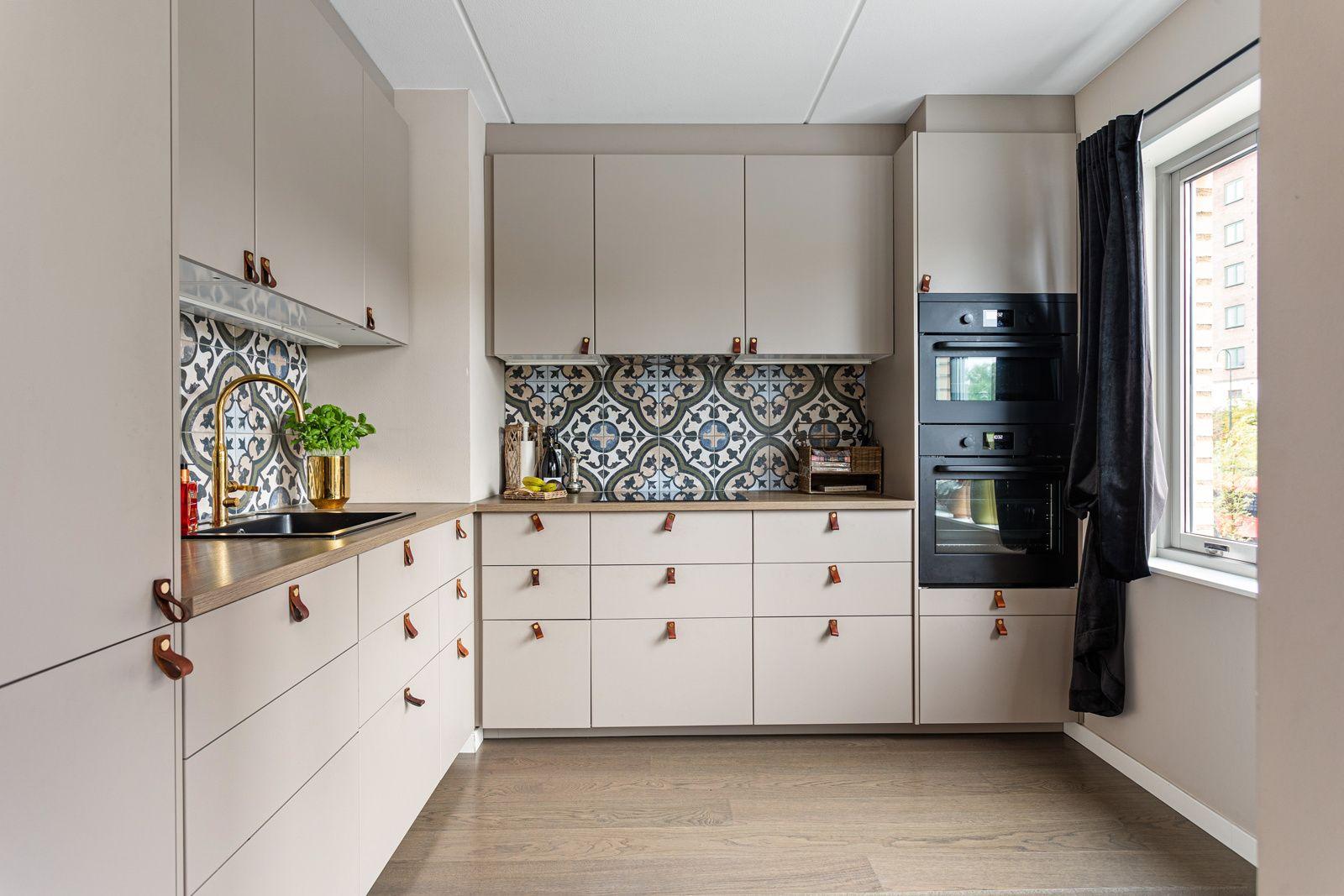 Jordalgata 2 Romslig kjøkken med lys, pen innredning (2018) og god skap- og benkeplass.