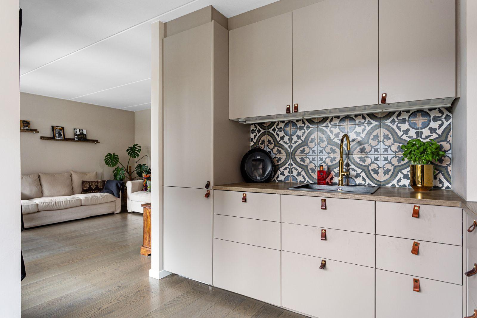 Jordalgata 2 Kjøkkenet har alt av integrerte hvitevarer (medfølger), samt historiske fliser over benkeplate.