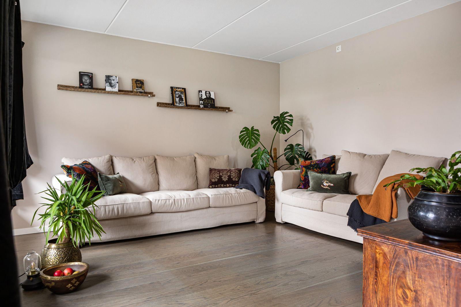 Jordalgata 2 Romslig stue med god plass til sofaseksjon med tilhørende møblement.
