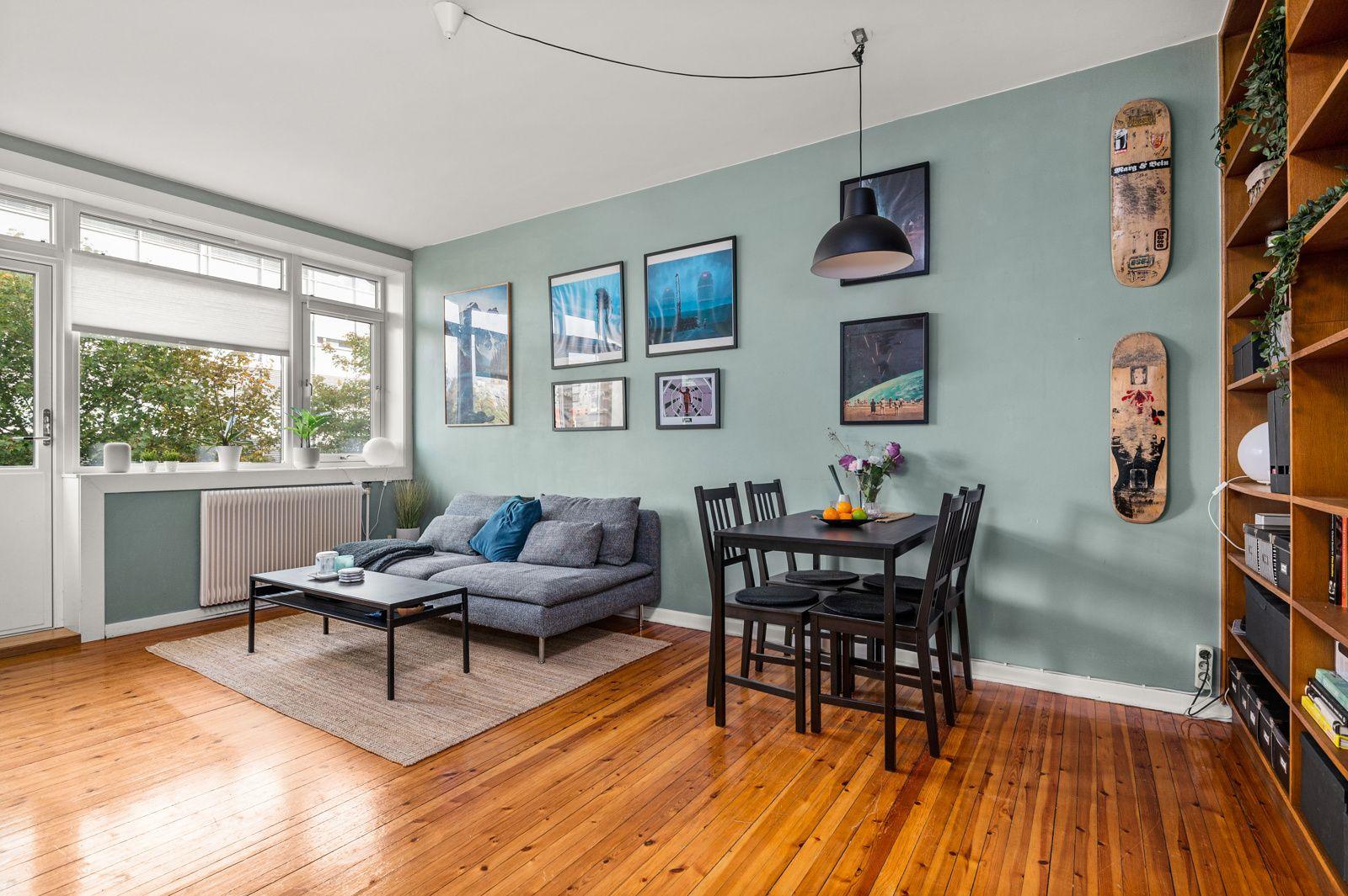 Sannergata 5C Lys, luftig stue med stort vindu og utgang til balkong som gir rommet godt lysinnslipp.