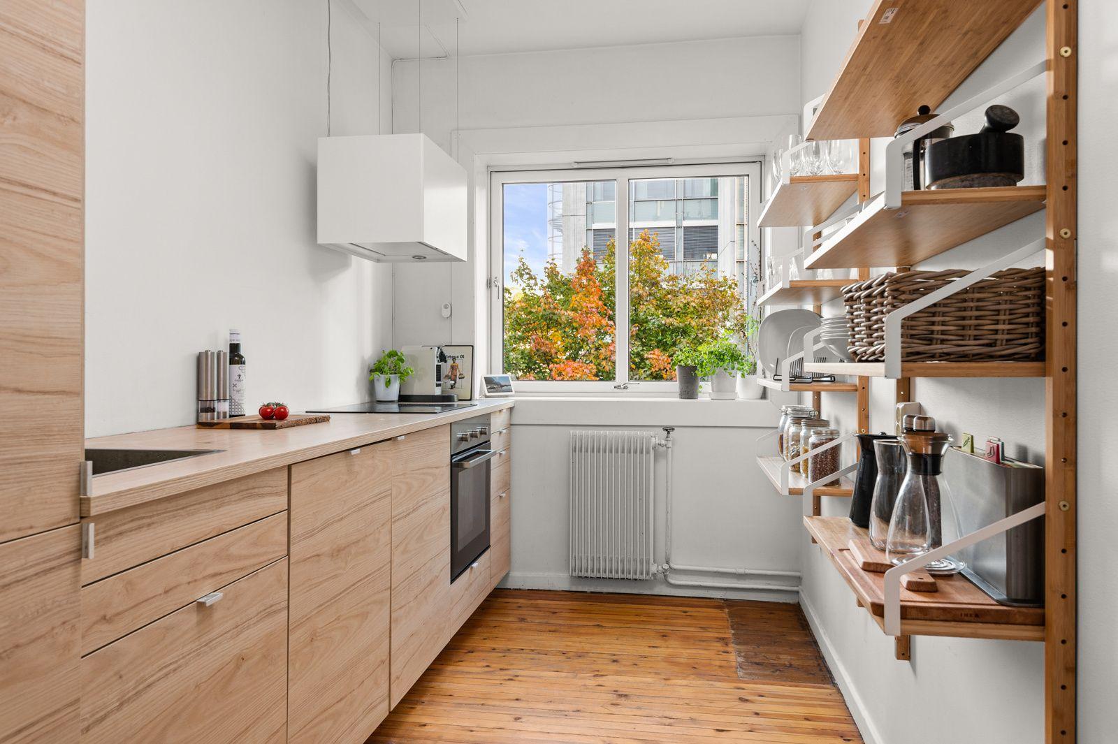 Sannergata 5C Kjøkkenet ligger separat fra stuen og har strukturerte fronter, laminat benkeplate og ellers god skap- og benkeplass.