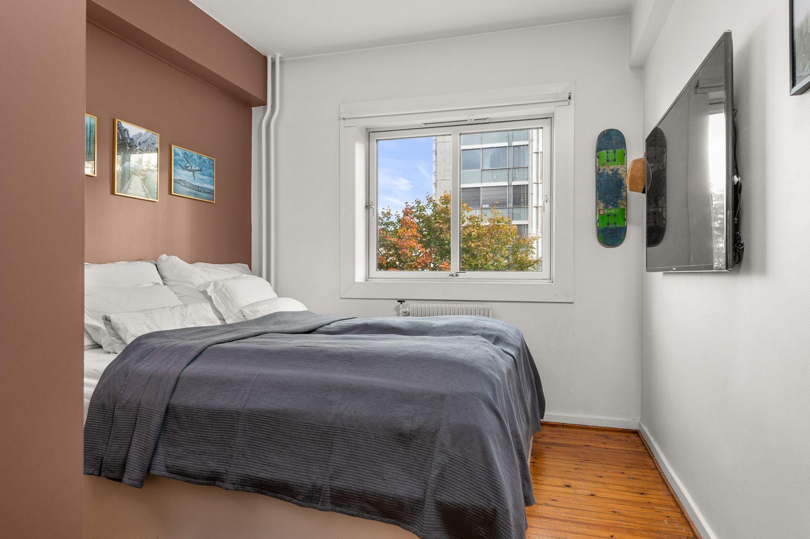 Sannergata 5C Romslig soverom med god plass til dobbeltseng og nattbord.
