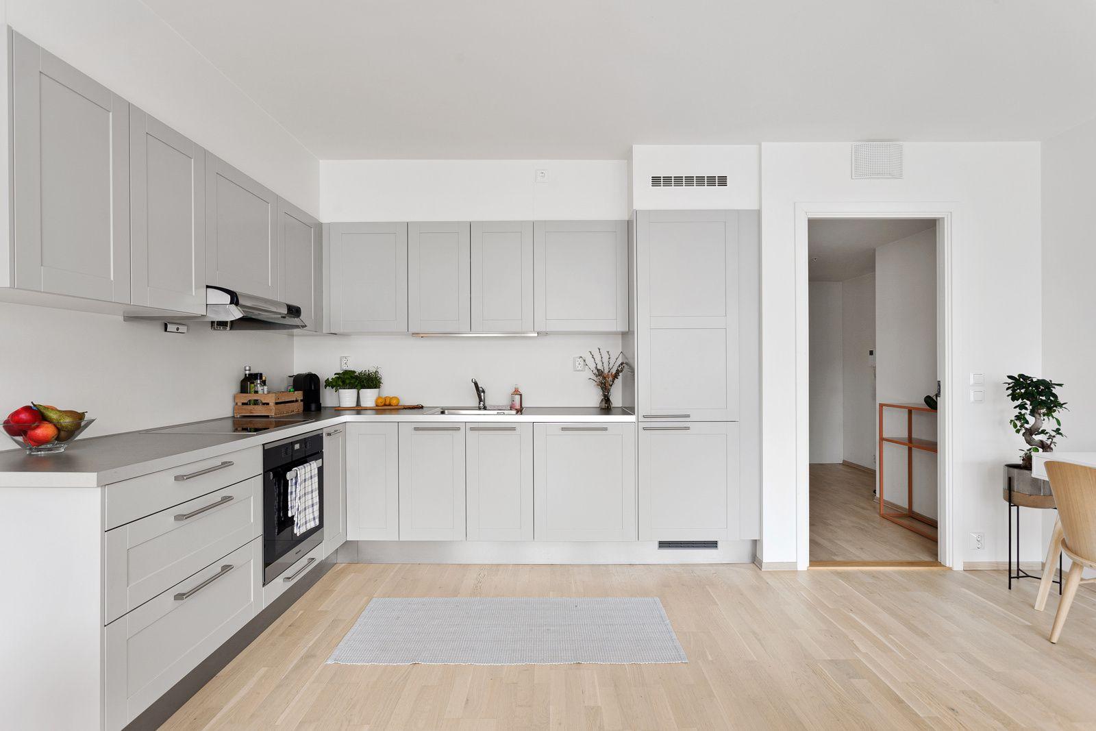 Kanalveien 4 Integrerte hvitevarer fra Miele: kjøleskap med fryser, oppvaskmaskin, stekeovn og induksjonstopp.