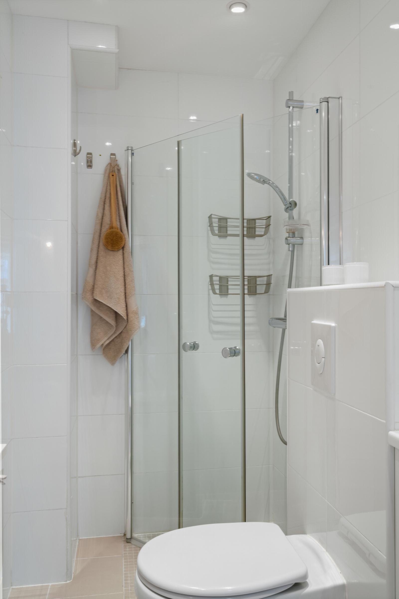 Sannergata 10 Vegghengt klosett og dusj med innfellbare dusjdører.