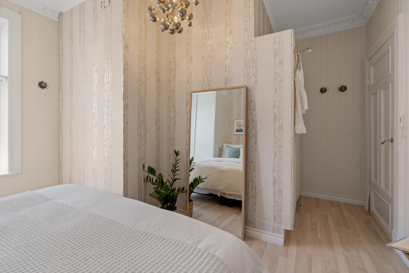 Sannergata 10 Soverom I: Plass til dobbeltseng og annet ønsket møblement. Garderobeskap medfølger