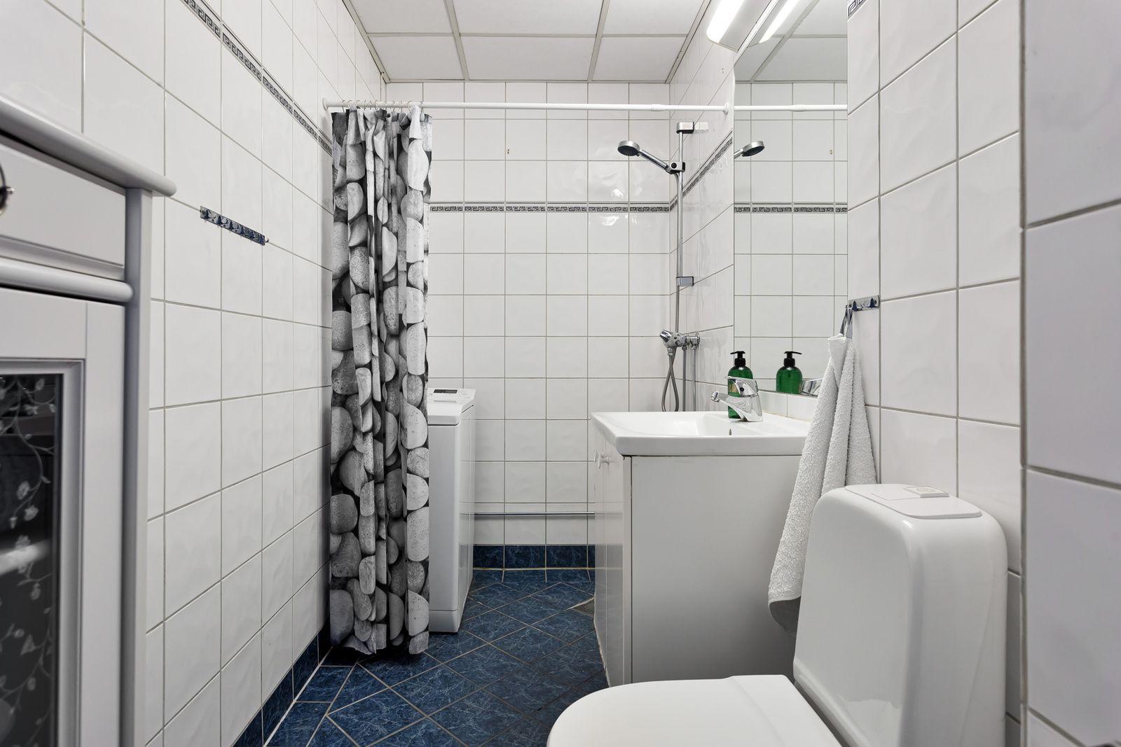 Bernt Ankers gate 31 Flislagt bad med toalett, dusj, servant og opplegg for vaskemaskin.