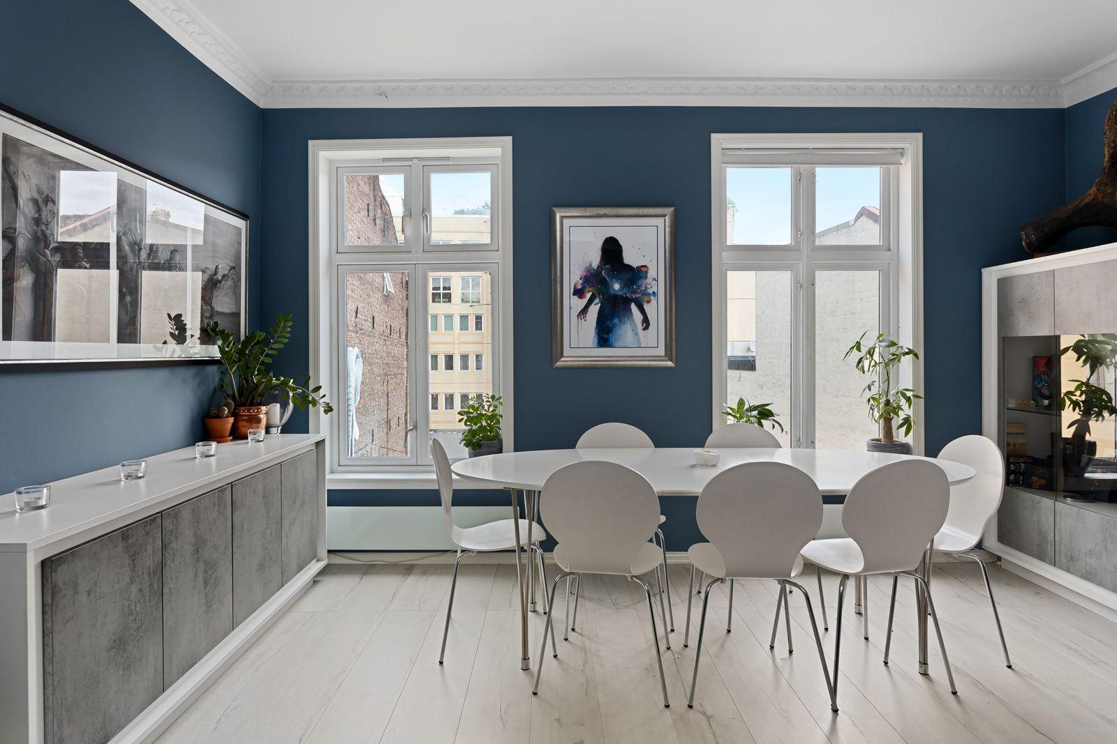 Bernt Ankers gate 31 Stuen har god plass til både spisebord, sofa og tv-seksjon med øvrig møblement.
