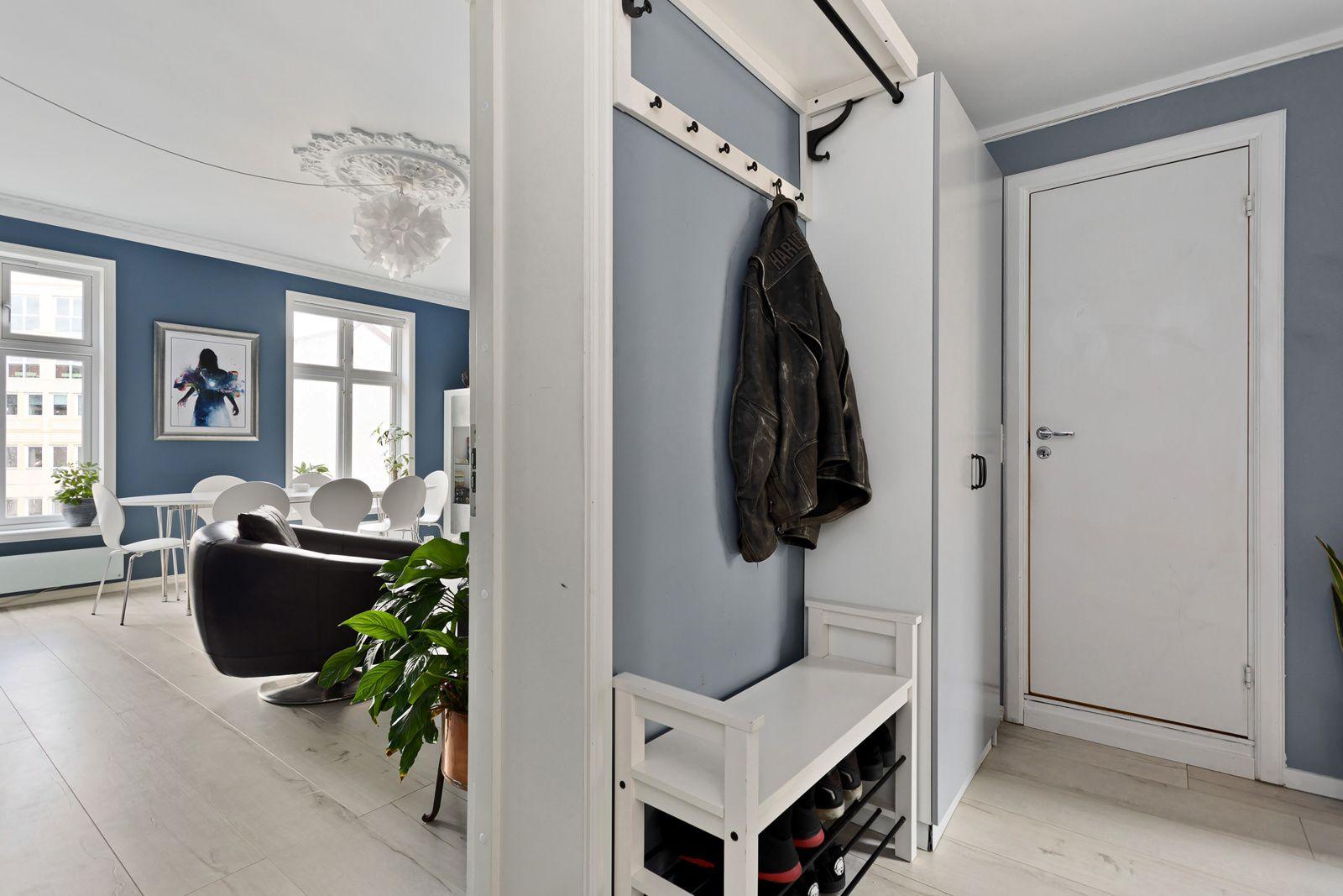 Bernt Ankers gate 31 Trivelig entrè med plass til oppheng av klær og sko.