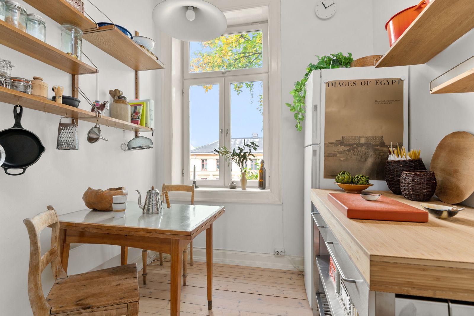 Arups gate 18 B - Kjøkkenet ligger separat fra stuen og har plass til spisebord med hyggelig utsikt -